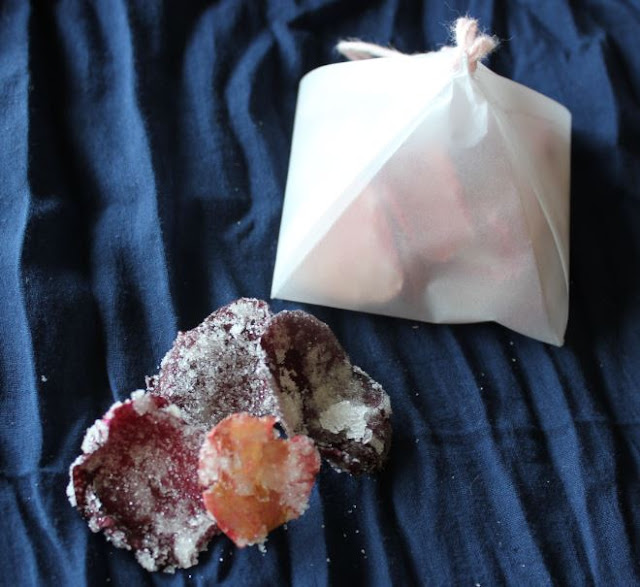 https://cuillereetsaladier.blogspot.com/2013/06/petales-de-rose-cristallises.html