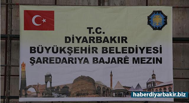DİYARBAKIR-İçişleri Bakanlığı tarafından Kanun Hükmünde Kararname (KHK) ile görevlendirme yapılan Diyarbakır Büyükşehir Belediyesinin eskiyen Türkçe ve Kürtçe tabelası yenilenmek üzere kaldırıldı.