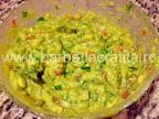 Guacamole sos de avocado amestecat in vas