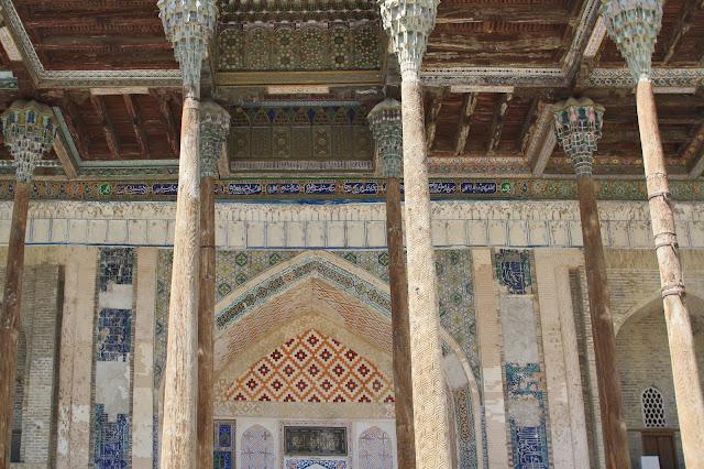Ouzbékistan, Boukhara, mosquée, Bolo Hauz, galerie, colonnes, © L. Gigout, 2010