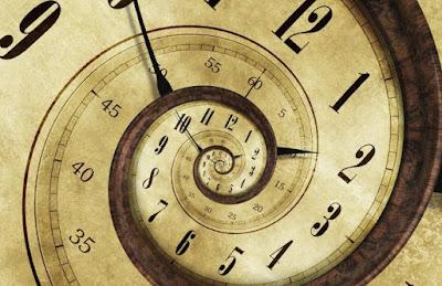 Reloj dorado en espiral