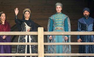Tocmai în acele momente fiul său, Sultanul Murat, convocase o ședință de coroană extraordinară la care participau populația, ienicerii, spahii, învățații și pașalele. În aceea ședință îi va pune pe toți să jure pe Coran că toți i se vor supune și că îi vor denunta pe agresorii și spionii care se afla infiltrati printre ei.