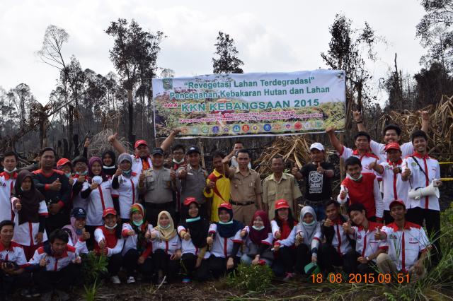 Tim KKN Kebangsaan 2015 Membantu Masyakat