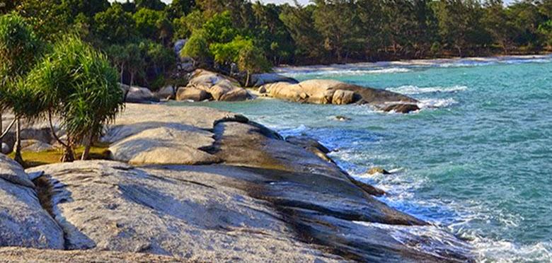 pantai penyabong atau pantai batu lubang di belitung