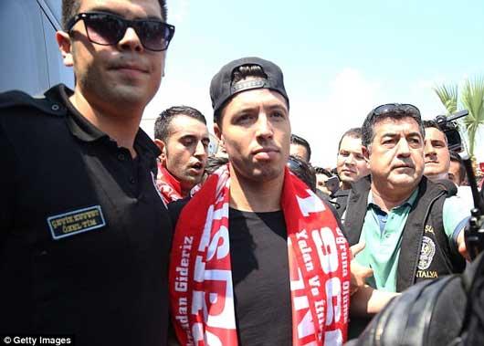 'Judas của Arsenal' được chào đón như ngôi sao lớn 4