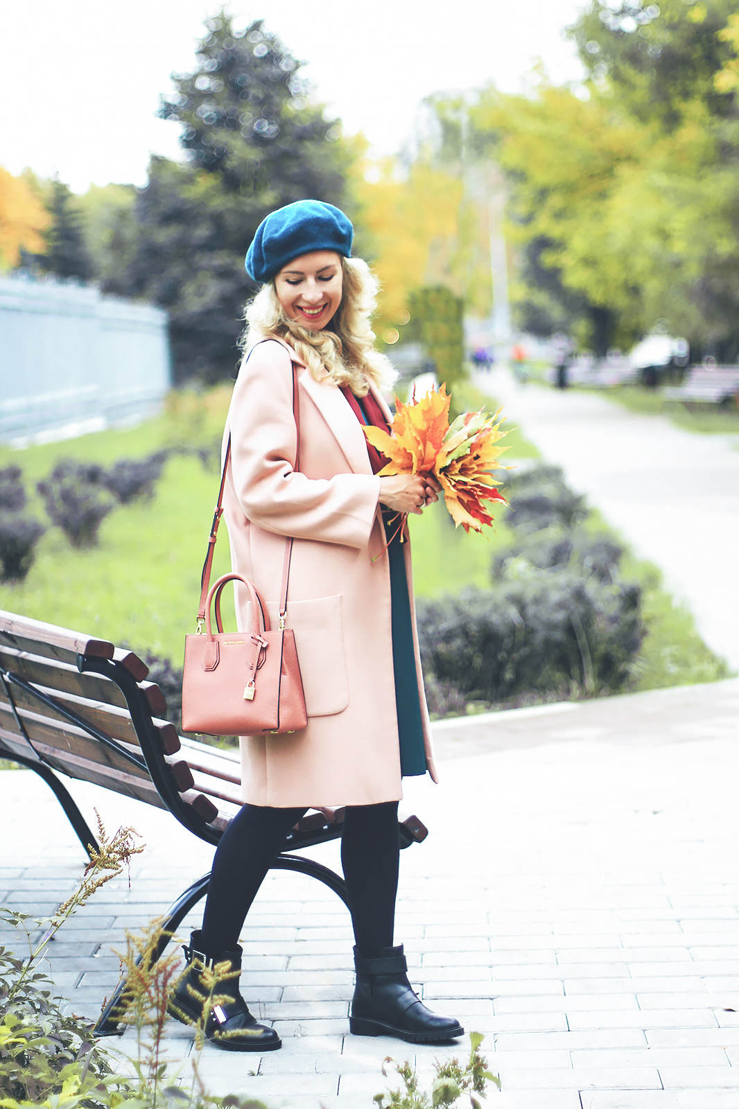 margarita_maslova_pink_coat_fall_colors_look_autumn_green_beret