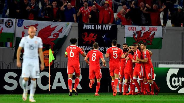 La selección de Gales festeja el gol de Tom Lawrence con el que derrotaron a Georgia