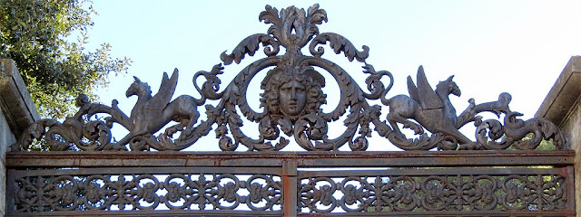 Cancello decorato, via Pacinotti, Livorno