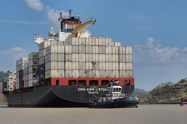 Carguero cruzando el Canal de Panamá