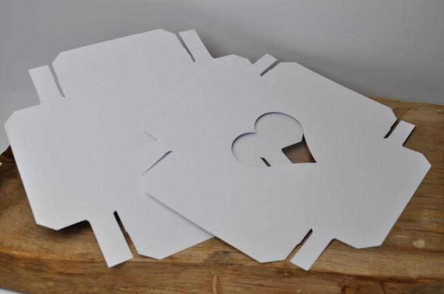 Białe pudełko z okrągłym okienkiem GoatBox