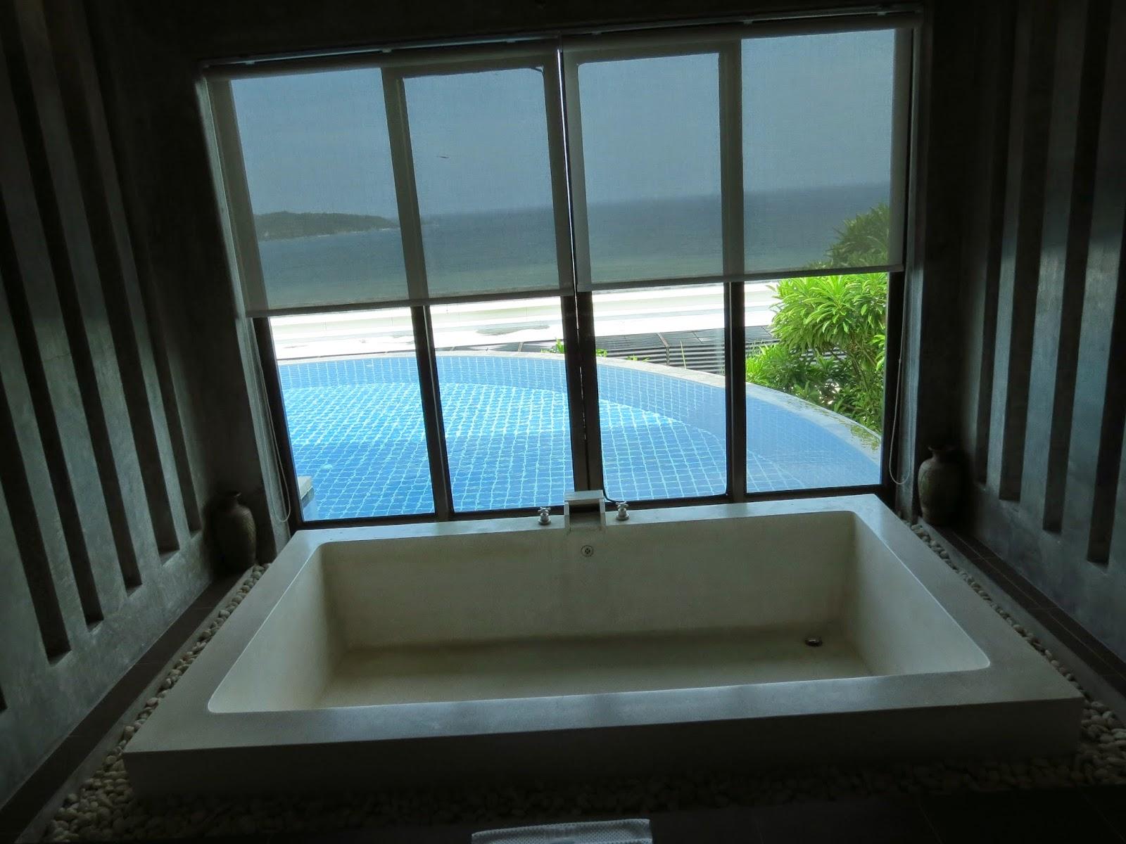 Biggest Bathtub. Stunning Not Forgetting The Enormous Bathtub That ...