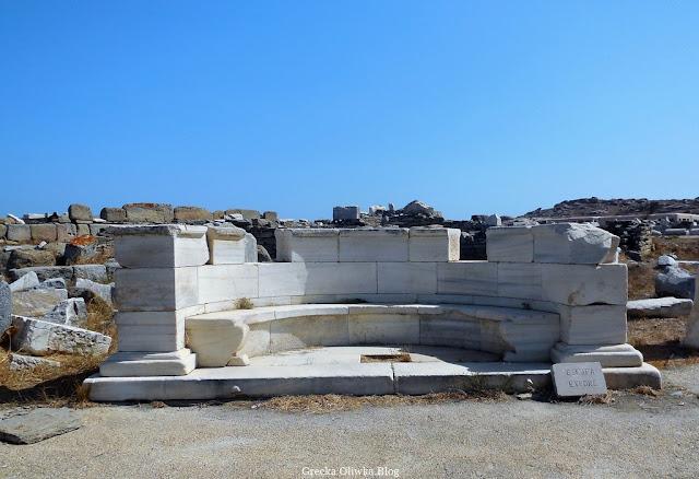 Marmurowa exedra na tle błękitnego greckiego nieba Delos Cyklady Grecja