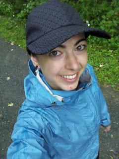 Coureuse souriante casquette manteau de pluie