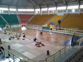 pemasangan lantai kayu untuk lapangan basket