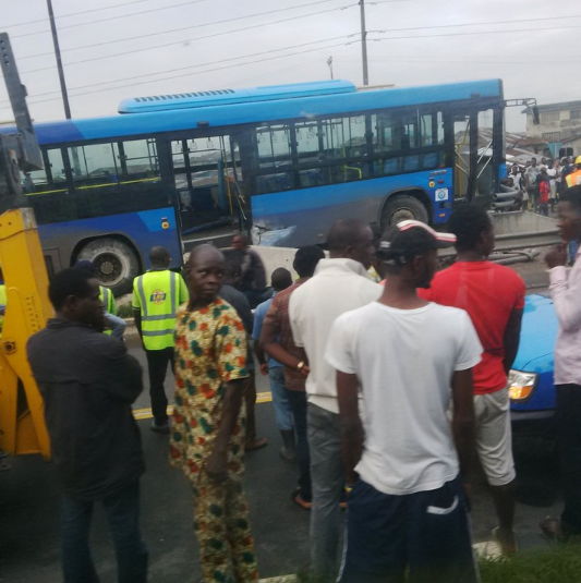 Accident: Blue BRT Bus got stuck on bridge railing at Mile 12 (photos) 2