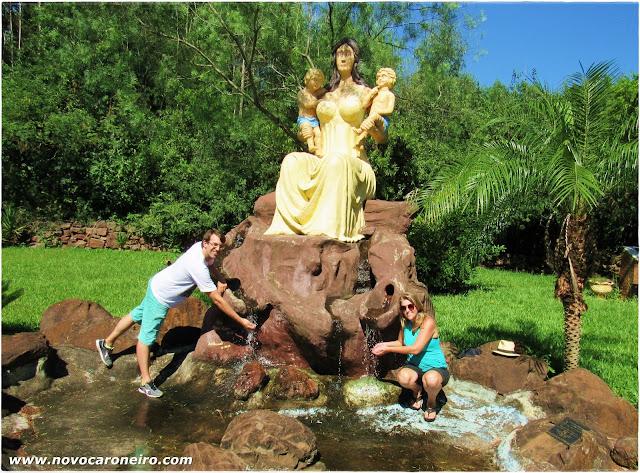 """Cândido Godói, no noroeste gaúcho, tem a fama de """"Terra do Gêmeos"""". a frequência de gêmeos na cidade é 10 vezes maior do que no resto do mundo. Por lá existe a Fnte da Fertilidade. Segundo a lenda, ao beber daquela água a mulher terá filhos gêmeos."""