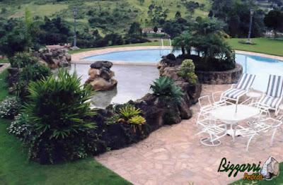 Construção da piscina em alvenaria de concreto com os revestimentos de azulejo com o piso de pedra Luminária com execução do lago ornamental de pedra com o espelho d'água que transborda para a piscina.