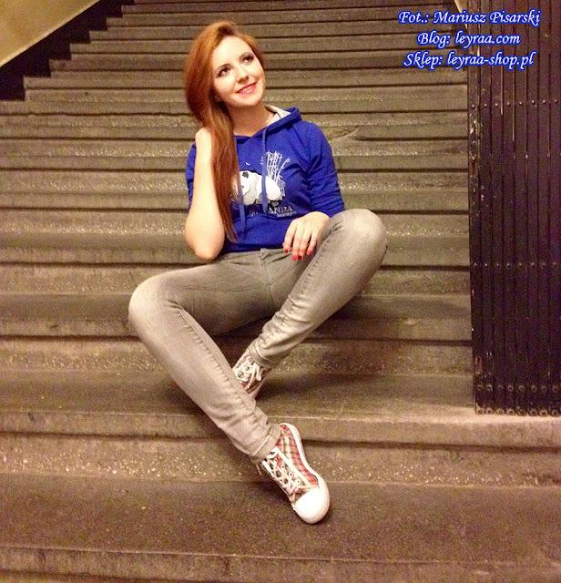 7.11.17 Granatowa bluza z kapturem z nadrukiem pandy, szare rurki, trampki w kratkę, Skarżysko-Kamienna