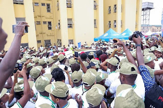 Davido Mobbed By Corpers At Lagos NYSC Camp During His Arrival (PHOTOS)