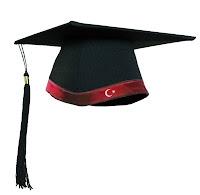 Kırmızı şeridi üzerindeki ay yıldızla bir Türk bayrağı oluşturan üniversite mezuniyet kepi