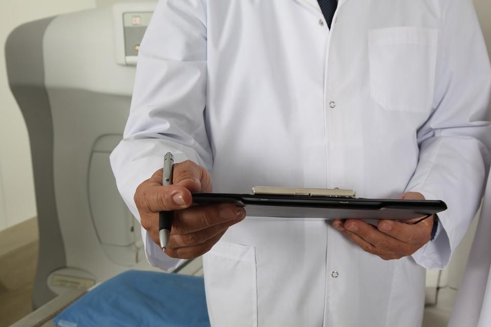 https://pixabay.com/pl/lekarz-i-tomograf-ucz%C4%99-si%C4%99-szpital-1228627/