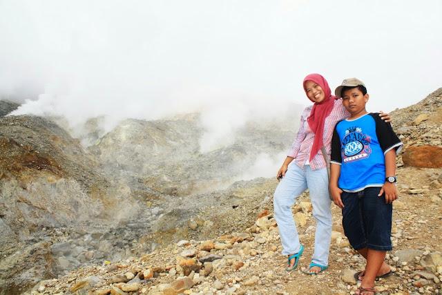 Berfoto bersama si Cikal di pinggir kawah Gunung Papandayan.