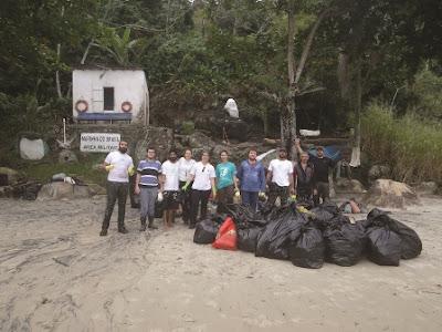 Unidades de Conservação do Núcleo integrado de Cananeia realizam limpeza na Ilha do Bom Abrigo e coletam 405 kg de lixo
