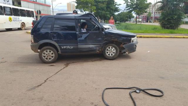 """Motorista """"fura"""" sinal e provoca acidente na Capital"""