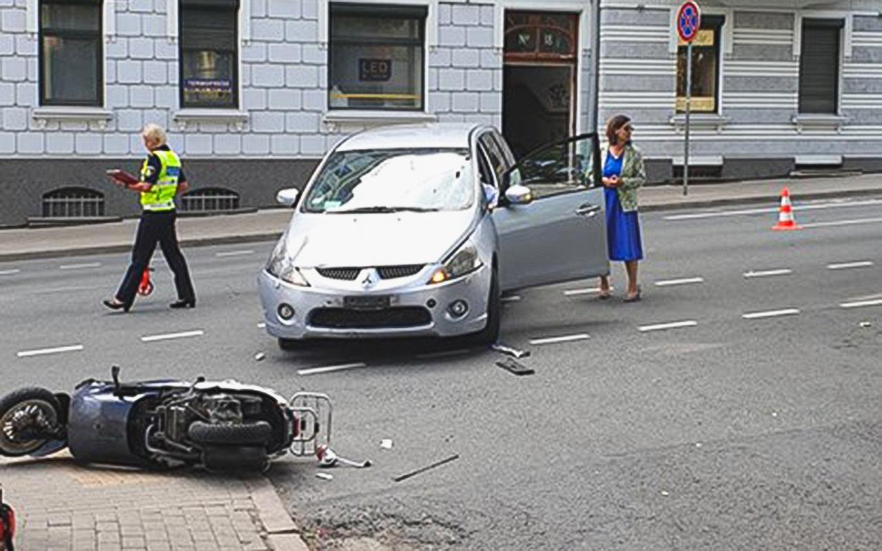 Auto Rīgā notriec motorolleru