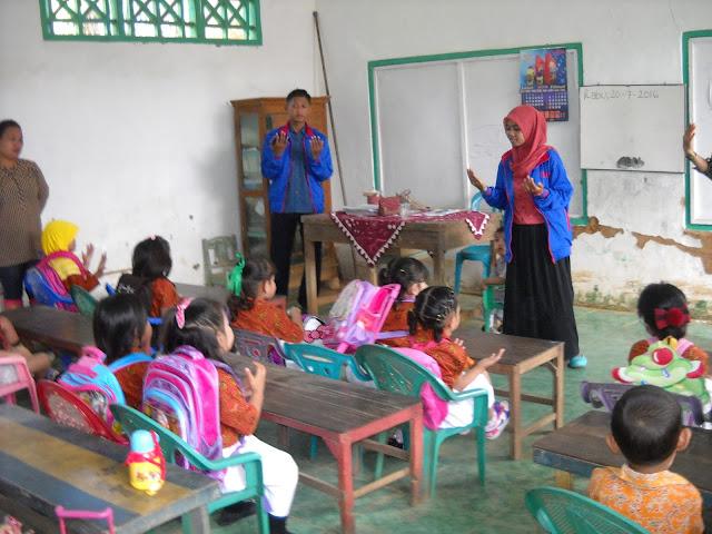 Mengajar di sekolah