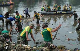 Prajurit Kostrad Karya Bakti Pembersihan Situ Cilodong