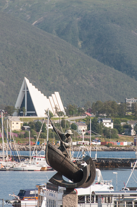 Tromso y la catedral artica. Hurtigruten de crucero por el litoral noruego