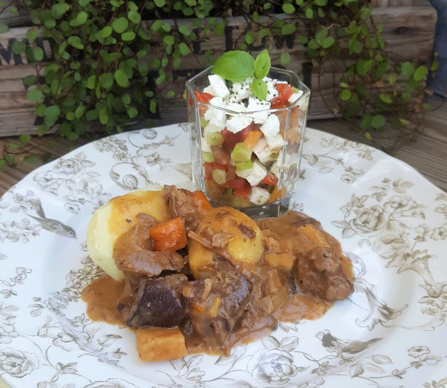 Höstmiddag med älggryta, tomatsallad och knäckig äppelpaj med lönnsirap