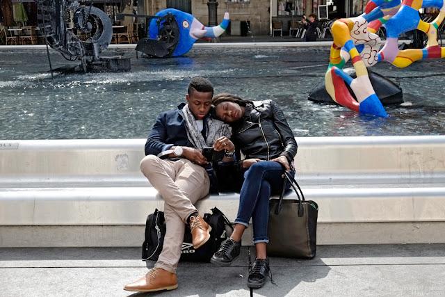 Coppia di turisti al Centro Pompidou, Parigi