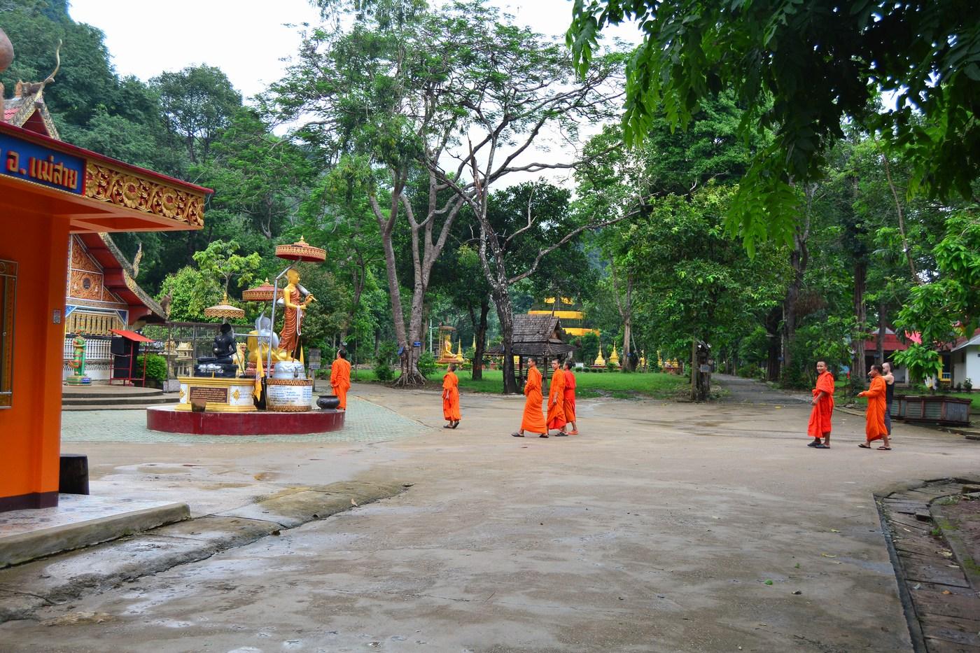 Des moines se rendent au temple.