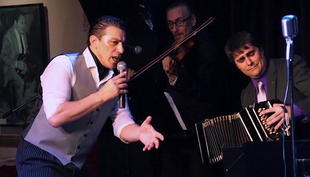 El cantor de tangos Augusto Castro Presenta su show Canción de cafetín
