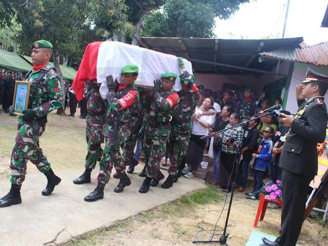 Raymundus Andhi Hedianto Pimpin Pemakaman Anggota Kodim Saumlaki