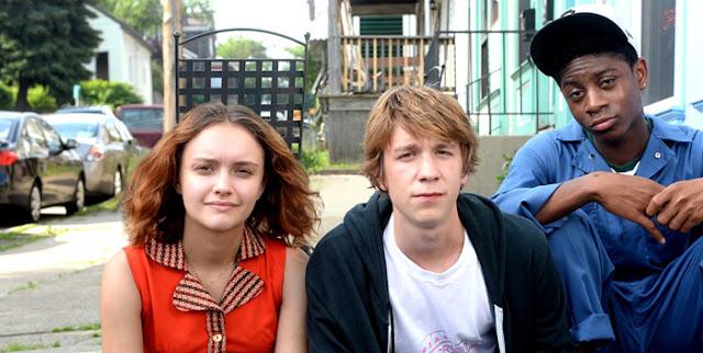 Fotograma de la película con Raquel, Greg y Earl mirando a cámara