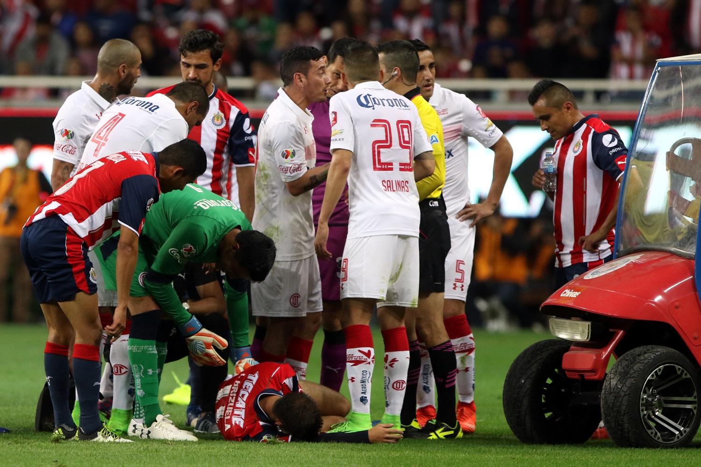 Isaac Brizuela, volante de Chivas, terminó con una doble fractura en el tobillo izquierdo.