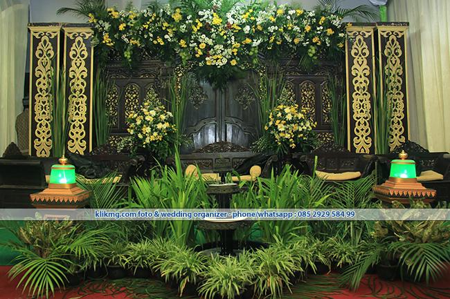Tren Dekorasi Wedding 2016 - Gebyog Jawa Modifikasi + Tirai Lipat Kerucut sebagai Atap Tarub - Klikmg.com Wedding Organizer Purwokerto