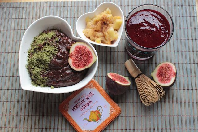 Rezept: Matcha Schoko Bananen Puddingoats mit Beerensmoothie und warmen Obstsalat (vegan und zuckerfrei)