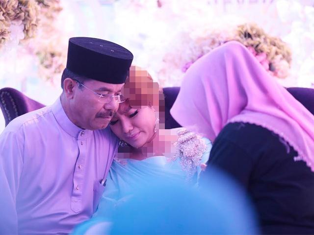 882d29258a Ingatkan sudah tamat telenovela antara Elly Mazlein dan Azmi Hatta selepas  bekas suaminya itu melawat anak mereka baru-baru ini. Namun nampak seperti  kisah ...