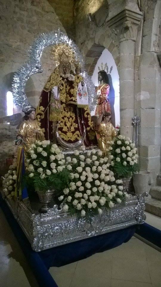 arreglo floral del trono de la virgen del collado de santisteban del puerto pascuamayo