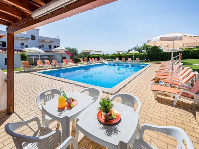 Apartamentos Flor de Laranja em Albufeira - piscina e jardim