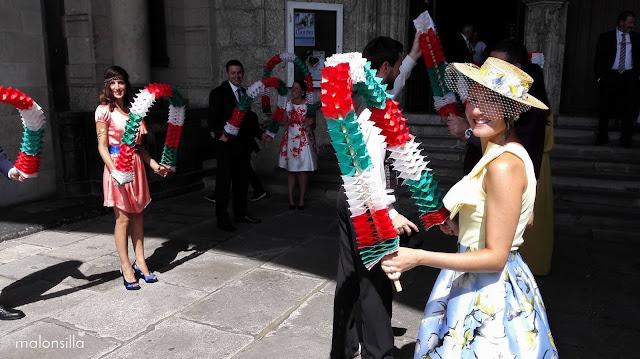 Invitada a boda en la salida de la iglesia esperando a los novios para el aurresku  con un arco, sombrero de paja con flores by malonsilla
