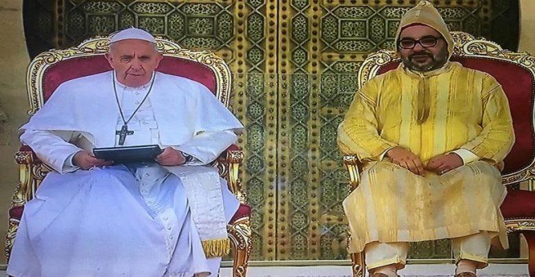 بالصور.. الملك والبابا يلقيان خطابا أمام عشرات الآلاف بباحة مسجد حسان