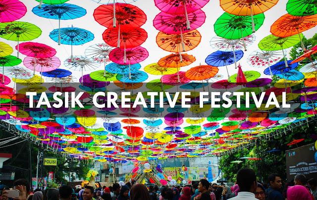 Ratusan Payung Terbang Melayang di Tasik October Festival