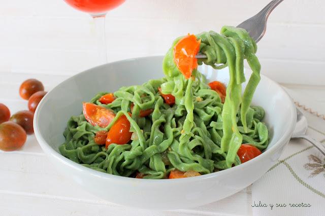 Pasta fresca casera de espinacas con tomates cherry. Julia y sus recetas