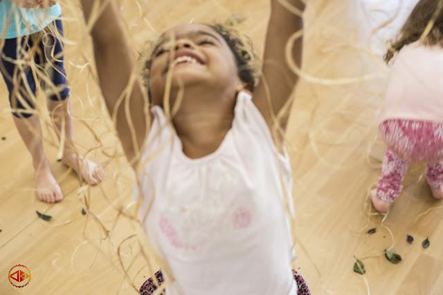 Crianças aprendem tradição africana através de coletivo Dúdú Badé