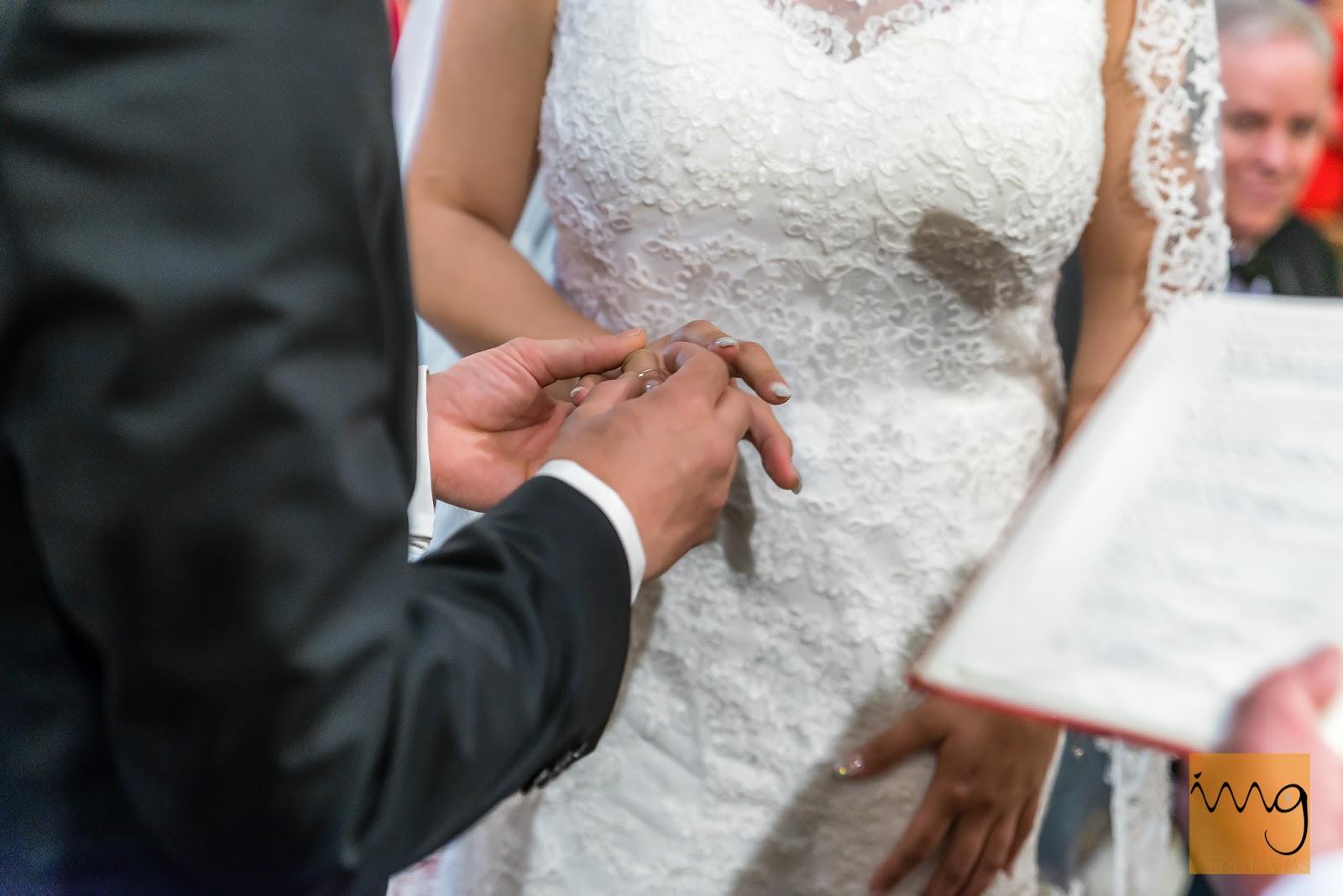 Fotografía del novio poniéndole la alianza a la novia